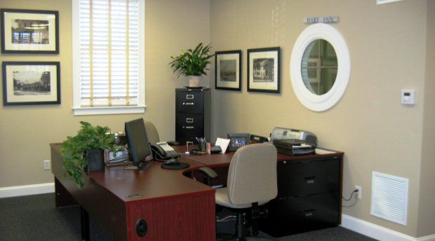 Decorating a corporate office with minimal expense for Corporate office decorating ideas pictures